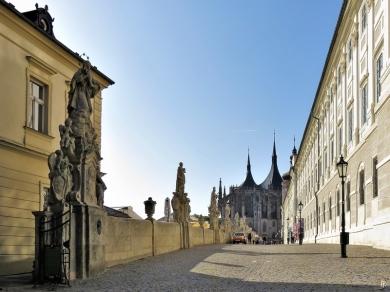 2019-10-13 Tschechien Kutná Hora Barborská (10) mit Jesuiten-Kolleg + St. Barbara-Kathedrale