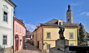 2019-10-13 Tschechien Kutná Hora Barborská (18) mit Denkmal f. Opfer d. 1. WK + St. Jakobskirche