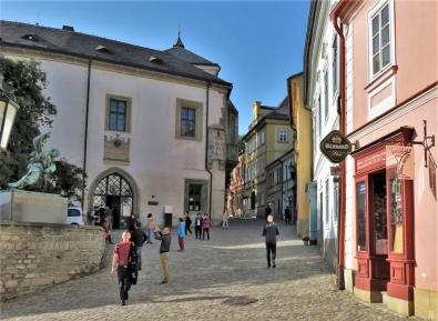 2019-10-13 Tschechien Kutná Hora Barborská (22) mit Denkmal f. Opfer d. 1. WK + Hrádek