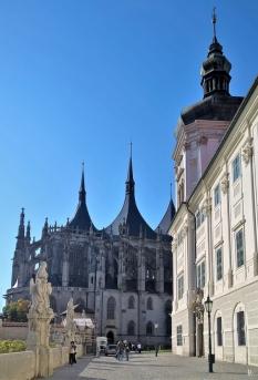 2019-10-13 Tschechien Kutná Hora Barborská (9) mit Jesuiten-Kolleg + St. Barbara-Kathedrale