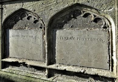 2019-10-13 Tschechien Kutná Hora, Sedlec (9) Friedhof Grabtafeln mit graviertem Totenkopfschwärmer 19. Jh.