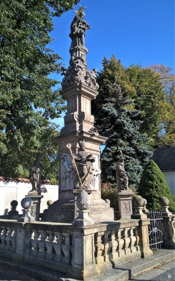 2019-10-13 Tschechien Kutná Hora, Sedlec Zámecká (3) Pestsäule Hl. Johann Nepomuk (18. Jh., v. Mathias Wenzel Jäckel) am Friedhof