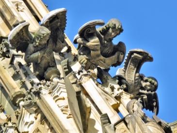 2019-10-13 Tschechien Kutná Hora St. Barbara-Kathedrale (21A) 3 Engel mit Schriftbändern
