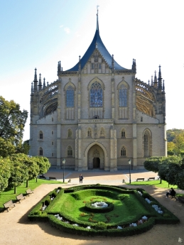 2019-10-13 Tschechien Kutná Hora St. Barbara-Kathedrale (3) Westseite v.d. Kremnická