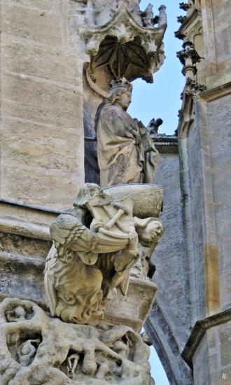 2019-10-13 Tschechien Kutná Hora St. Barbara-Kathedrale (30) Marienfigur + Steinmetz-Zeichen Ostseite