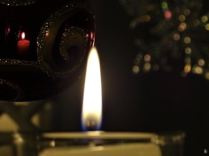 2019-12-24 LüchowSss zuhause Heiligabend (4) Kugel + Kerze + Glasstern