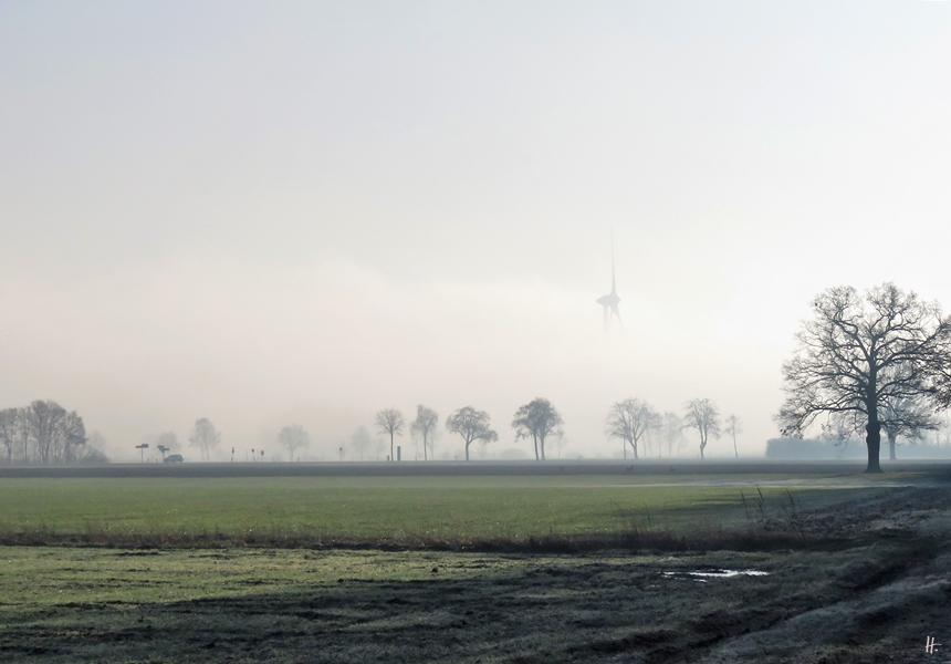 2020-01-01 LüchowSss Neujahrs-Vormittag (6) Bundesstrasse und Windrad im Nebel