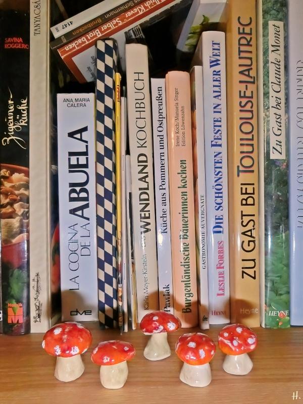 2021-03-13 LüchowSss zuhause Keramik-Fliegenpilze + Kochbücher