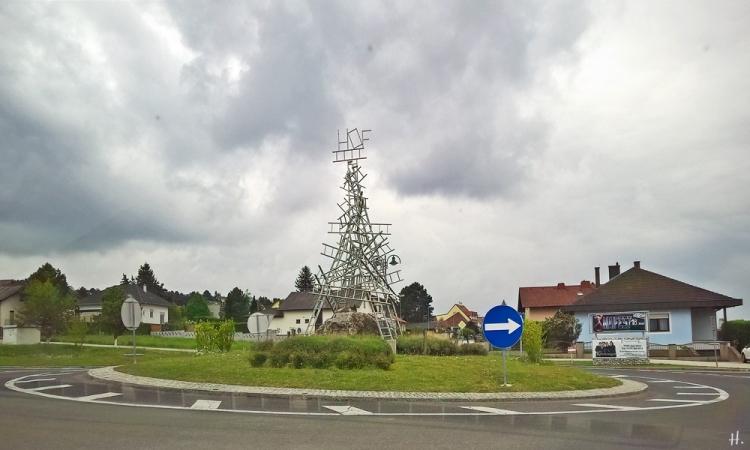 2019-05-04 Hof am Leithaberge (NÖ) der Kreisverkehr mit dem Leiterberg