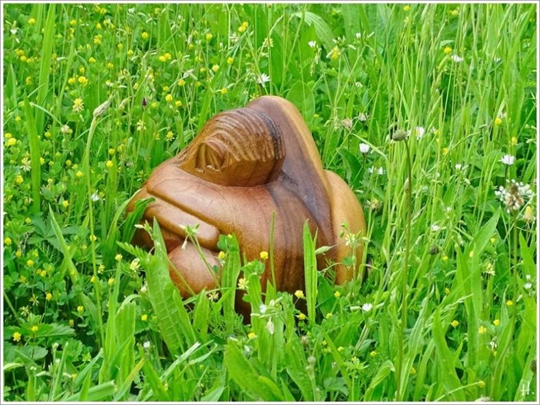 2021-06-08 LüchowSss Garten Holzskulptur 'Liebende' bzw. Mann und Frau f. Picknickdecken-Etüde + Zimmerreise m. L+M