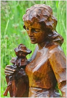 2021-06-08 LüchowSss Garten Holzskulptur Mädchen m- Rosen f. Picknickdecken-Etüde + Zimmerreise m. L+M (2)