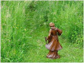 2021-06-08 LüchowSss Garten Holzskulptur Mädchen m- Rosen f. Picknickdecken-Etüde + Zimmerreise m. L+M (3)