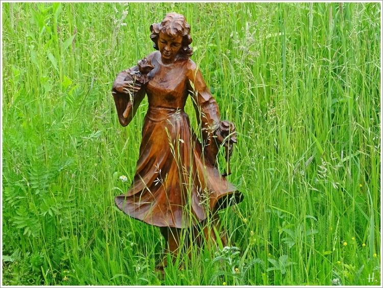 2021-06-08 LüchowSss Garten Holzskulptur Mädchen m- Rosen f. Picknickdecken-Etüde + Zimmerreise m. L+M