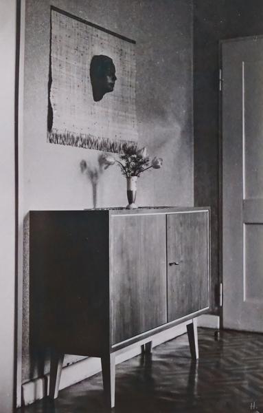 2021-09-23 Familienalbum Worms 1955 Sideboard m. 'Unbekannter' darüber (1)