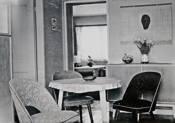 2021-09-23 Familienalbum Worms 1955 Wohnzimmer m. 'Unbekannter' über dem Sideboard(2)
